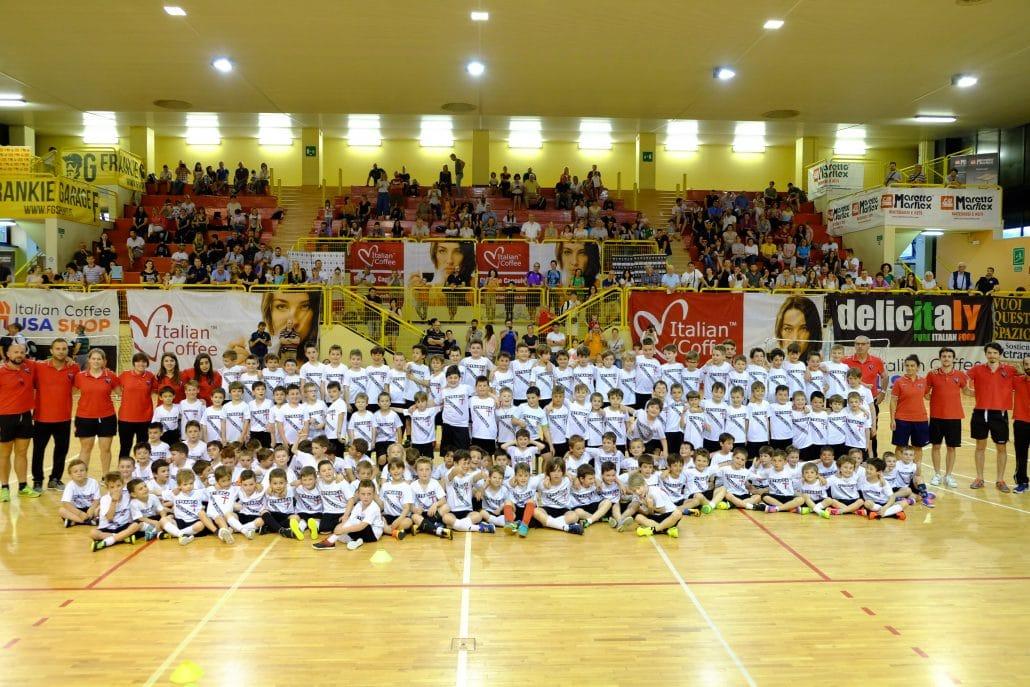 Calcio Per Bambini A Padova : Scuola calcio petrarca tantissimi bambini in palestra articolo